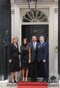 On the steps at the British prime minister´s office, №10, Downing Street. From left to right: Sarah Brown, wife of British Prime Minister Gordon Brown; Azerbaijan´s First Lady Mehriban Aliyeva; Azerbaijani President Ilham Aliyev; and Prime Minister Gordon Brown