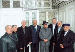 Semyon Ikhiilov with members of the Jewish community