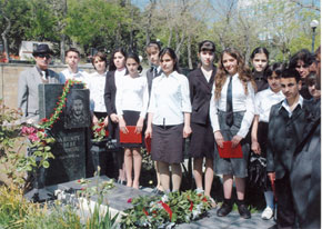 Young people pay their respects to Azerbaijan´s National Hero Albert Agarunov