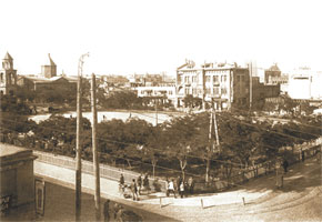 "A view of Parapet Square from Gasim Bei Hajibaba-beyov´s caravanserai. Hotels ""Grand Hotel"" and ""Metropole"" are behind Parapet. Parapet. 1900s"