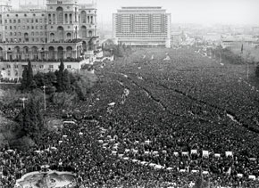 People thronging to the funeral ceremony of the 20 January victims. Freedom Square, Baku
