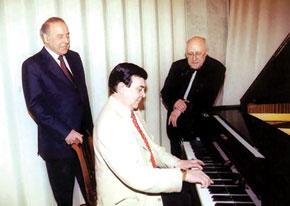 President Heydar Aliyev and Mstislav Rostropovich appreciate Muslim Magomayev´s playing