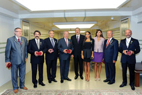 President Ilham Aliyev and First Lady Mehriban Aliyeva with those honoured for their work in the diaspora