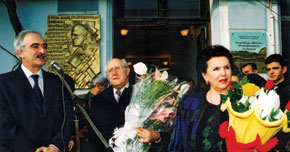 The unveiling of the memorial plaque at the Rostropovich House Museum. With galina Vishnevskaya and Polad Bulbuloglu (then Minister of Culture). 1997
