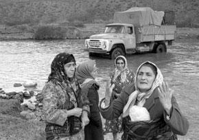 Refugees leave Armenia across the border river, Zangilan-chay, 1993. Photo: Oleg Litvin