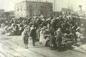 Refugees at the harbour during the March tragedy in Baku. Photo: Vilkovski