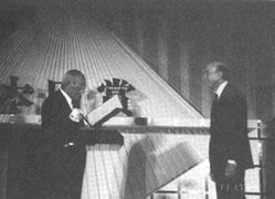Lotfi Zadeh receives the Honda award in Tokyo, Japan, 1989