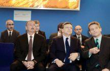 Gordon Birell (right), president of BP Azerbaijan, briefs Jose Manuel Barosso, president of European Commission and President Ilham ALiyev on BP activities in the region