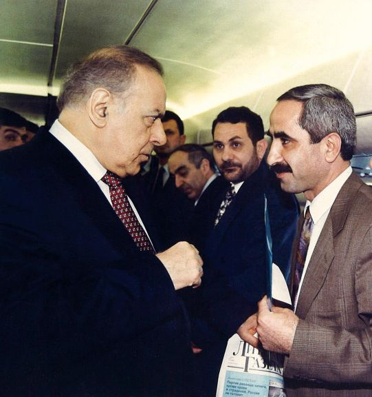 The author briefs President Aliyev on the plane about the Azerbaijan-Norway Friendship Society during the Azerbaijani delegation's trip to Western Europe