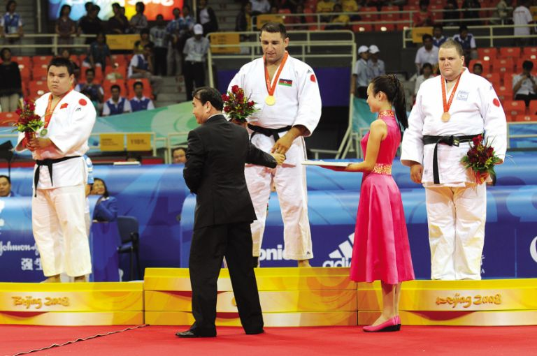 Ilham Zakiyev receiving his gold medal at the Paralympic Games in Beijing in 2008