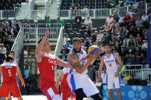 Marshall Obrian Moses of Azerbaijan takes on Turkey's Recai Ozturk during a men's basketball 3x3 match on 21 May. Photo: Eldar Farzaliyev