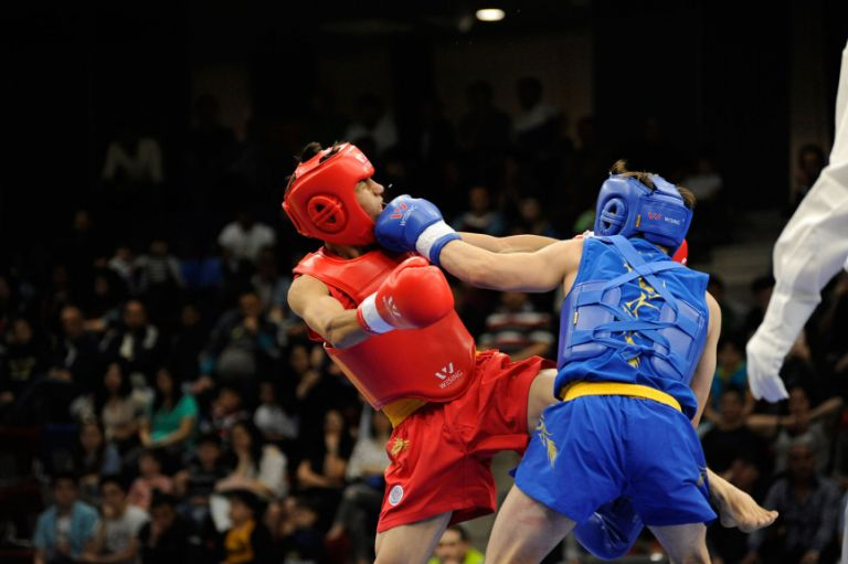 Abdul Razaq Ayam (Afghanistan, red) versus Mehmet Demirci (Turkey, blue) in the semifinal of wushu on 21 May. Demirci went on to win silver and Ayam – bronze. Photo: Eldar Farzaliyev